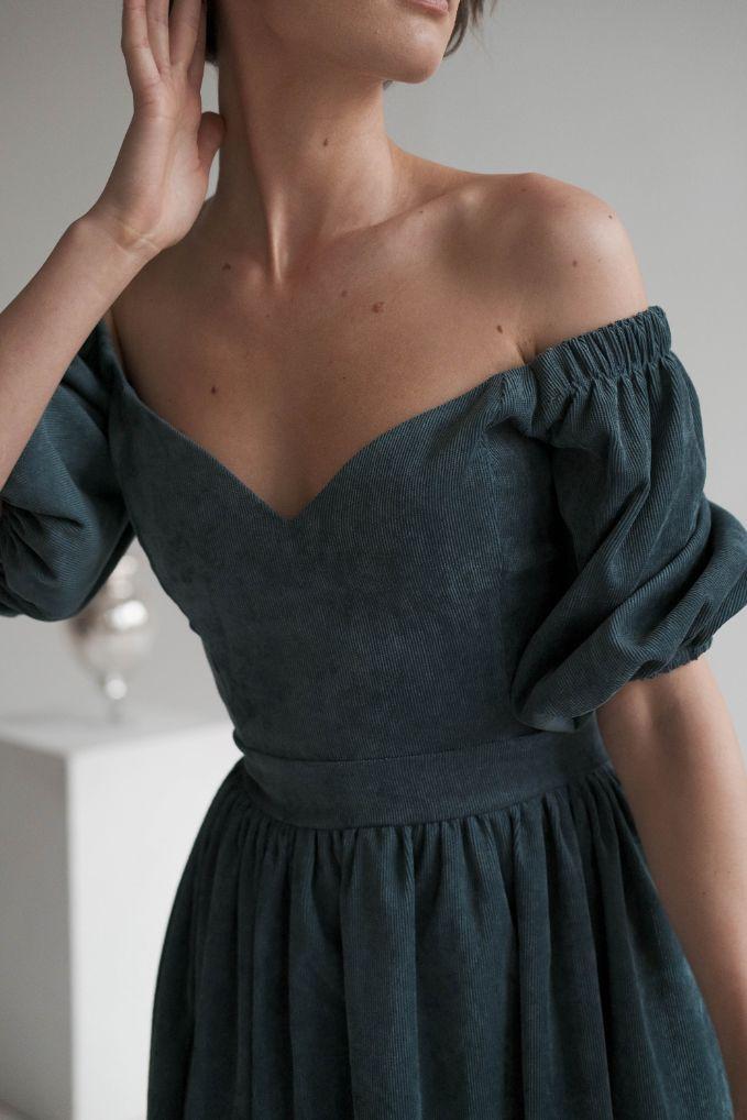 Изумрудное Платье миди с открытыми плечами из вельвета leelegance  (Арт 247)